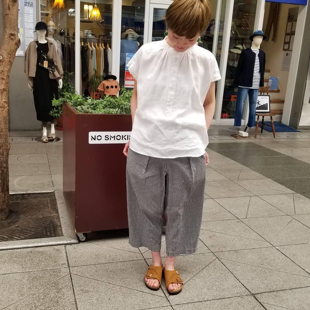 【Bless ONLINE STORE】今日は、D.M.G.(ドミンゴ)のシャツとギンガムチェックのパンツをご紹介します。どちらもリネンアイテムで、洗いざらしのナチュラルな感じが可愛い!袖の長さ、そして足首の見えるパンツ丈が絶妙に女の子らしいデス。#d.m.g. #ドミンゴ #リネン#2020 #今日のコーディネート #おしゃれさんと繋がりたい #セレクトショップ #愛媛 #松山 #松山市大街道 #BlessofBless - from Instagram