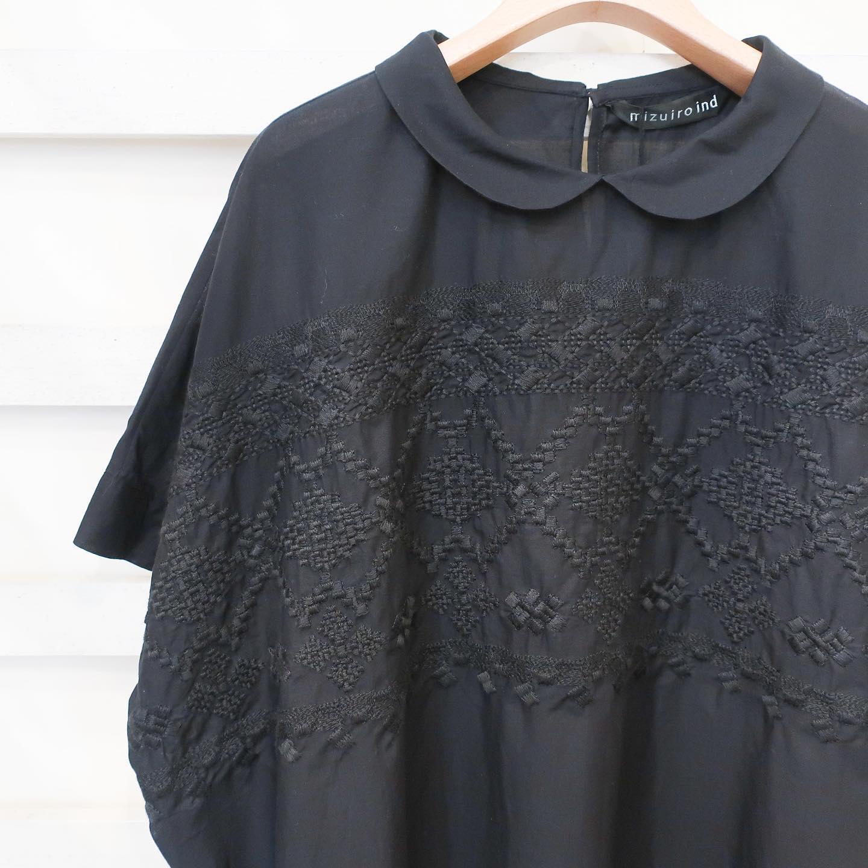 ・・#mizuiroind @mizuiroind_official 刺繍の入ったブラウスです。肩落ちなので締め付け感がなく、ゆったり着て頂けます。丸襟で可愛らしい印象ですが、白と黒、同系色の刺繍で大人です…少し細身の同じ刺繍のワンピースもあります。是非店頭に見にいらして下さい!DMでのお問い合わせもお待ちしております️・・#愛媛#松山#大街道#ehime#matsuyama#BlessofBless#セレクトショップ#今日のコーデ#お洒落さんと繋がりたい#2021ss#21ss#fudge#fudge部#cluel#wear#fashion #ブラウス#春ブラウス#黒ブラウス#刺繍ブラウス#刺繍 #丸襟#春服コーデ  #夏服コーデ  #ミズイロインド - from Instagram
