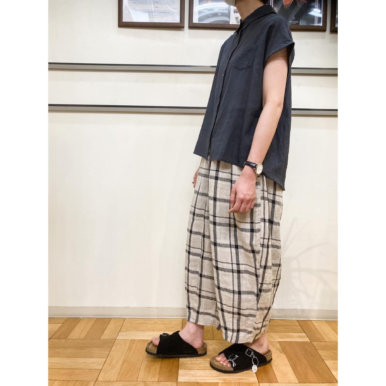 ・・tops…yarra(YR-212-061/¥14,300/white、brown、black)綿85%、麻15%の薄手のシャツです。お袖が短めなので、上から何か羽織りやすく、屋外でも屋内でも使いやすい1着です前と後ろで着丈に差があり1枚でも可愛いです!pants…harvesty(A12110/¥19,800/beige、black)リネン100%の涼しいパンツが届きました。一足先に同じ生地のプルオーバーとワンピースも届いていますのでセットアップコーデも楽しめます️透け感も少ないので安心して着用して頂けます。sandal…birkenstock(zurich BS 1009529/¥16,500/black、taupe)靴下合わせで秋口まで履けるサンダルです。ベルトでサイズの微調整が出来るので足の甲が高い方にもお勧めです。医学に基づいたソール設計で歩きやすさは抜群です。スタッフ身長162cm・・ #愛媛 #松山 #大街道 #愛媛セレクトショップ  #セレクトショップ #harvesty #yarra #birkenstock  #birkenstockzurich  #zurich #シャツコーデ #ゆるコーデ  #ナチュラルコーデ #カジュアルコーデ #チェックパンツ  #チェック柄 #サーカスパンツ - from Instagram