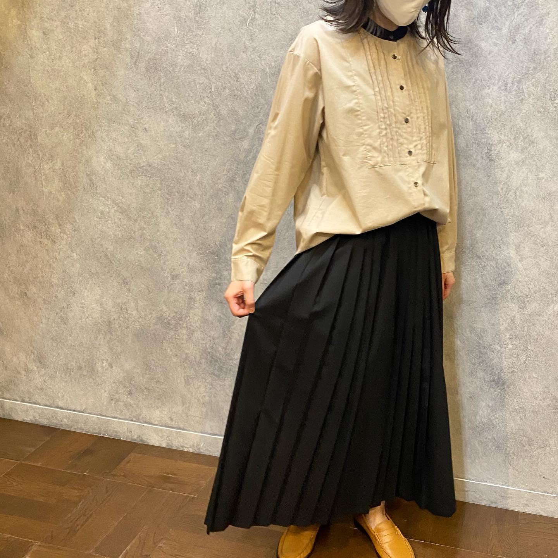 ..️shirt #parkes.color.beige.size.M.1枚でも存在感があり、寒くなればベストを合わせたり...と人気のバンドカラーシャツです!.️skirt #mizuiroind.color.gray/black.size.FREE.暖かみのあるウールを使用したプリーツギャザースカート広がりは少なく自然なプリーツの動きが魅力的♪..スタッフ157cm..気になる商品がございましたらお気軽にお問い合わせください♡.営業時間 11:00-17:00水曜定休日.#愛媛#松山#大街道#ehime#matsuyama#セレクトショップ#fudge#fudge部#cluel#今日のコーデ #大人コーデ#blessofbless#ブレスオブブレス#松山子供服#こどもふく - from Instagram